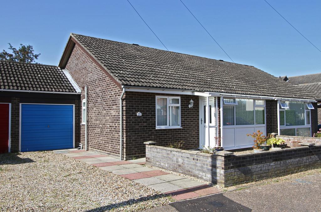 2 Bedrooms Semi Detached Bungalow for sale in Park Close, Hethersett