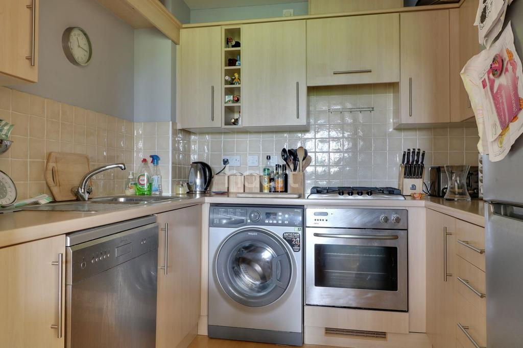 2 Bedrooms Flat for sale in Keating Close, Rochester ME1