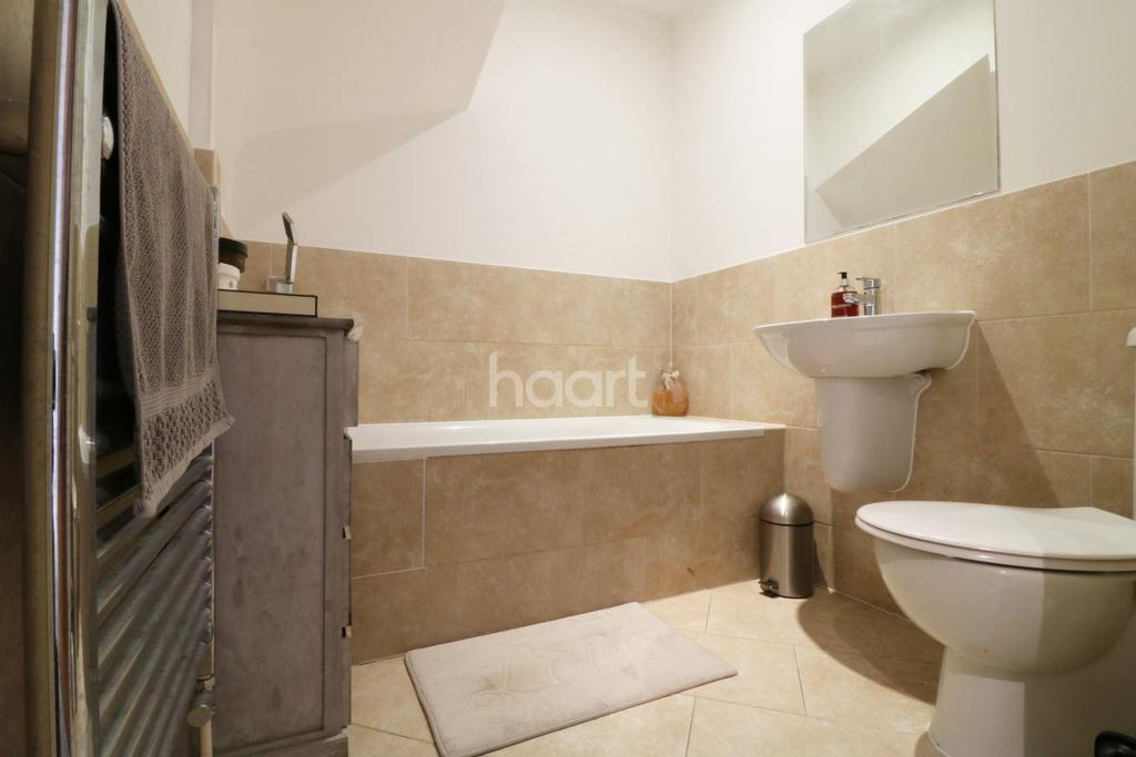 3 Bedrooms Flat for sale in Kingfisher Court, Ruxley Lane, Epsom, KT19