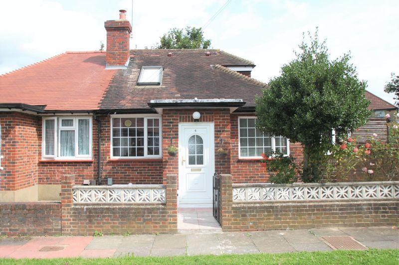 2 Bedrooms Semi Detached Bungalow for sale in Barwood Avenue, West Wickham,