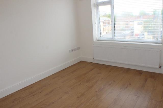 2 Bedrooms Flat for sale in Kingsmead Drive, Northolt