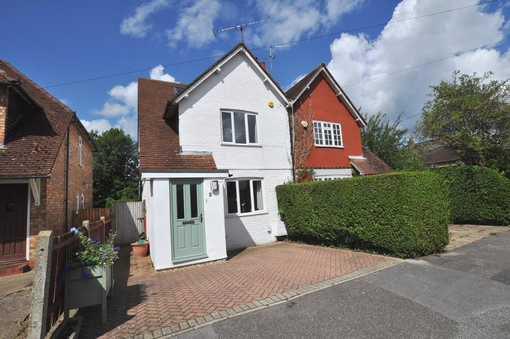 3 Bedrooms Semi Detached House for sale in Pentreath Avenue, Guildford