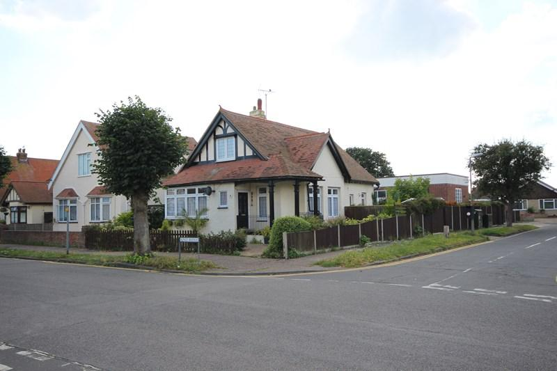 3 Bedrooms Detached House for sale in Kings Avenue, Clacton-On-Sea