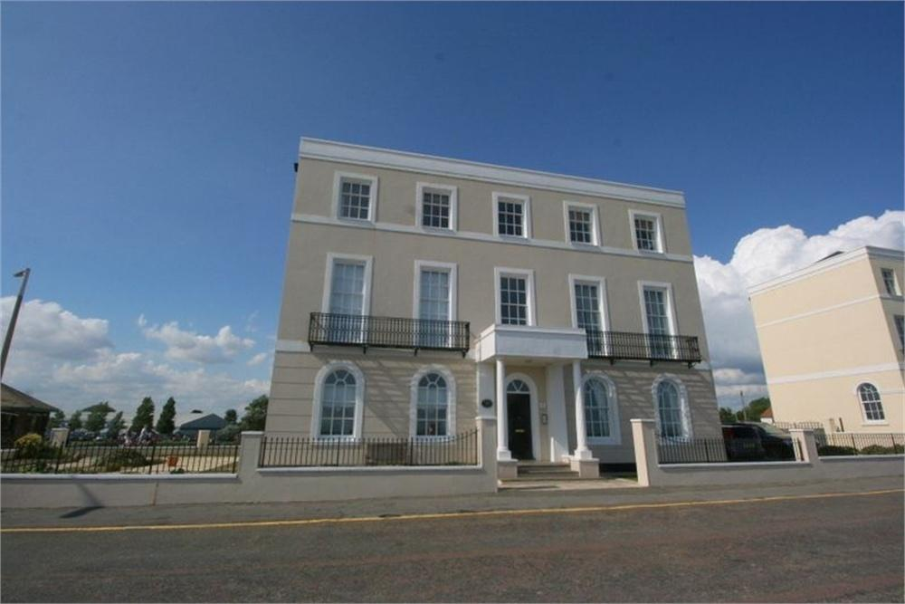 2 Bedrooms Flat for sale in East Terrace, WALTON ON THE NAZE, Essex
