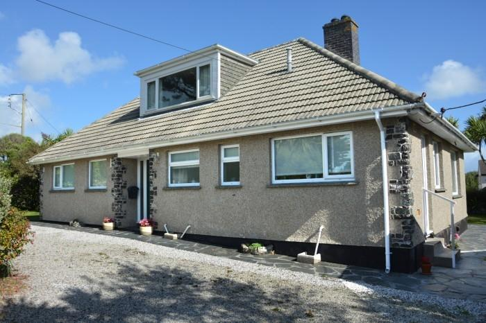 3 Bedrooms Bungalow for sale in AVALON, POLURRIAN ROAD, MULLION, TR12