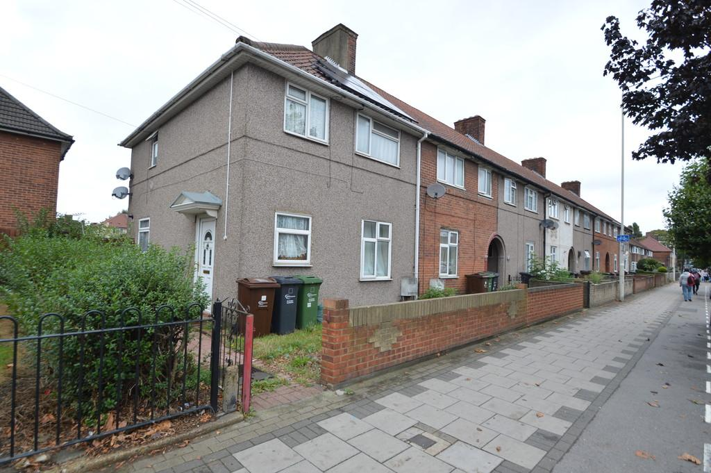 3 Bedrooms End Of Terrace House for sale in Heathway, Dagenham