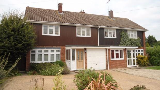 3 Bedrooms Semi Detached House for rent in The Paddocks, Ingatestone, CM4