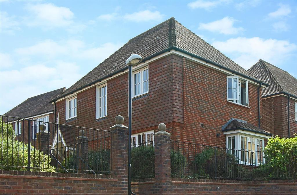4 Bedrooms Detached House for sale in Highbank, Bolnore Village, Haywards Heath