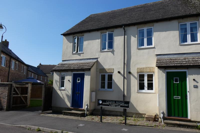 2 Bedrooms Semi Detached House for sale in Cedar Road, Carterton, Oxon