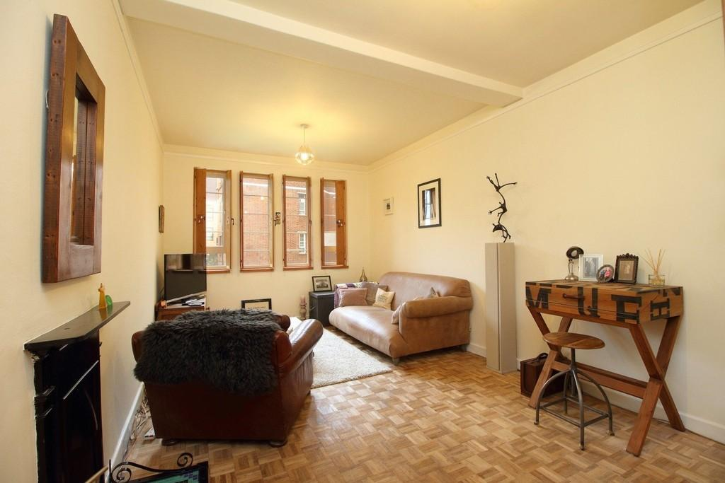 1 Bedroom Flat for sale in Queens Drive, N4 2TB