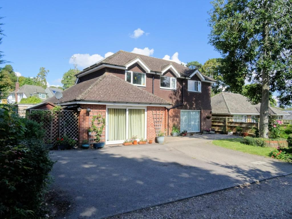 5 Bedrooms Detached House for sale in Coombehurst Drive