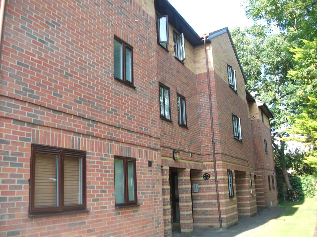 Studio Flat for sale in Greenacres, Glyn Avenue, New Barnet, Herts EN4