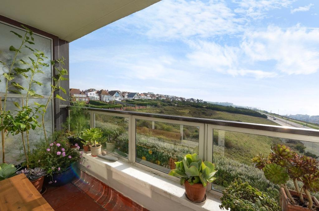 2 Bedrooms Flat for sale in Marine Drive Brighton East Sussex BN2
