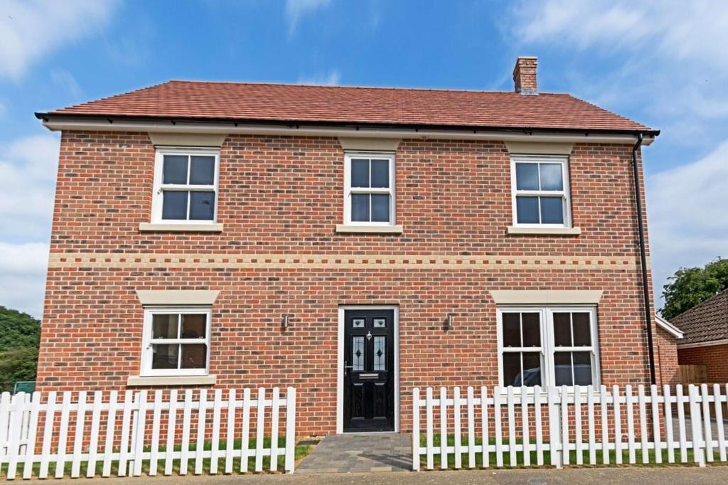 4 Bedrooms Detached House for sale in Aldrich Close, Kirby Cross, Frinton-On-Sea