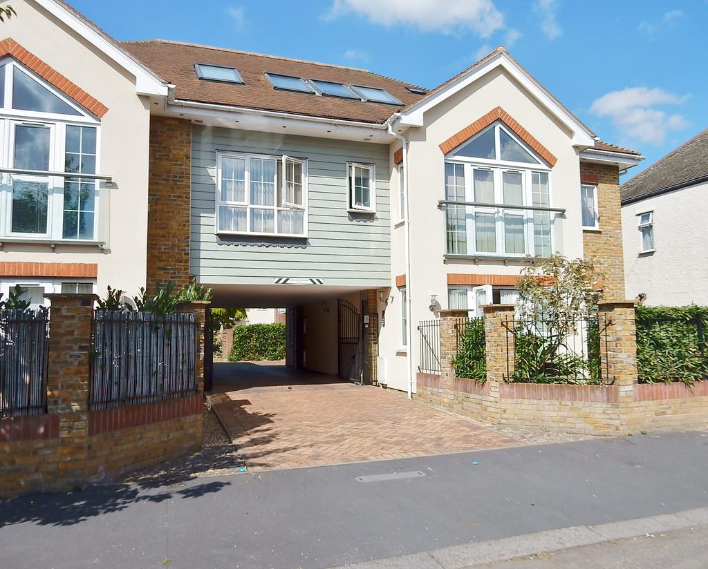 2 Bedrooms Ground Flat for sale in Hearn Road, Romford RM1