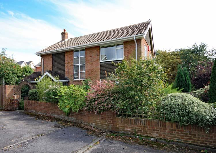 3 Bedrooms Detached House for sale in Melbury Close, Lymington SO41