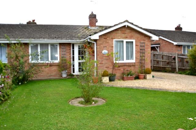 2 Bedrooms Semi Detached Bungalow for sale in Glenbarrie Way, Ferring, West Sussex, BN12 6PY