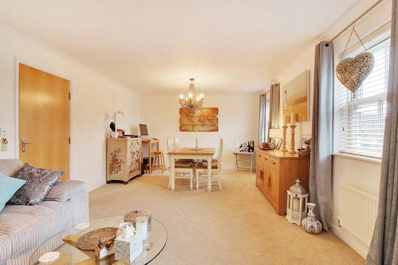 2 Bedrooms Flat for sale in Eastgate Mews, Horsham