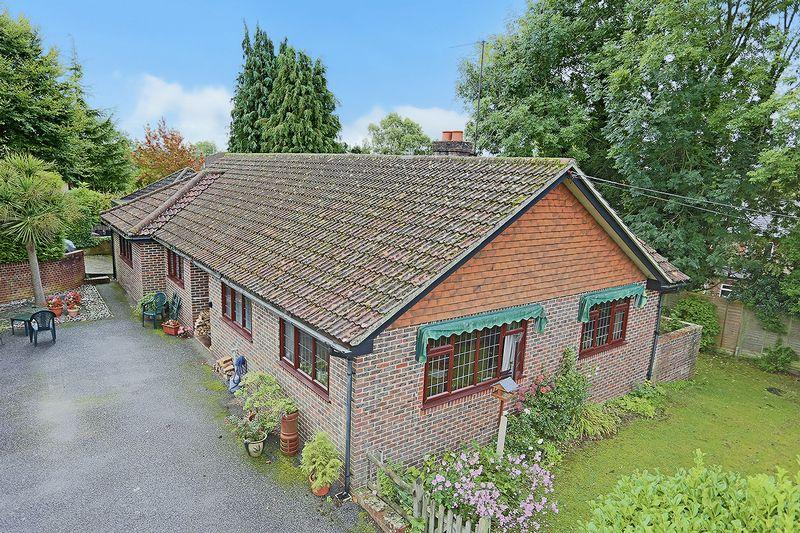 3 Bedrooms Bungalow for sale in The Street, Bolney
