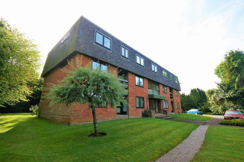 3 Bedrooms Apartment Flat for sale in Great Austins, Farnham