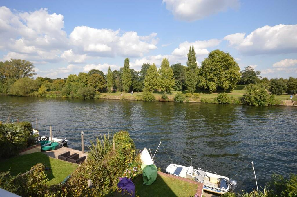 3 Bedrooms Detached House for sale in The Island, Thames Ditton