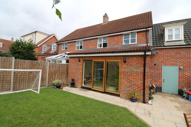 3 Bedrooms Semi Detached House for sale in Bromedale Avenue, Mulbarton, Norwich