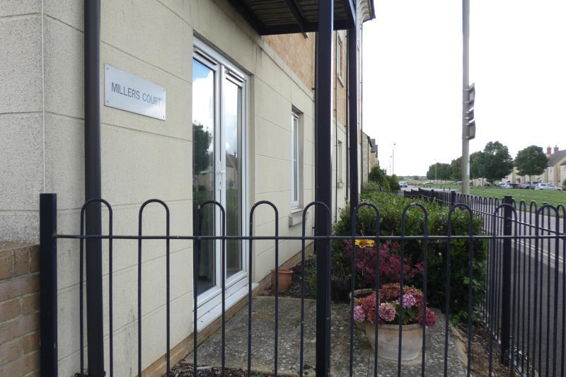 2 Bedrooms Ground Flat for sale in Millers Court, Carterton, Oxon