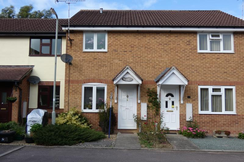 2 Bedrooms Terraced House for sale in Braemar Close, Carterton, Oxon