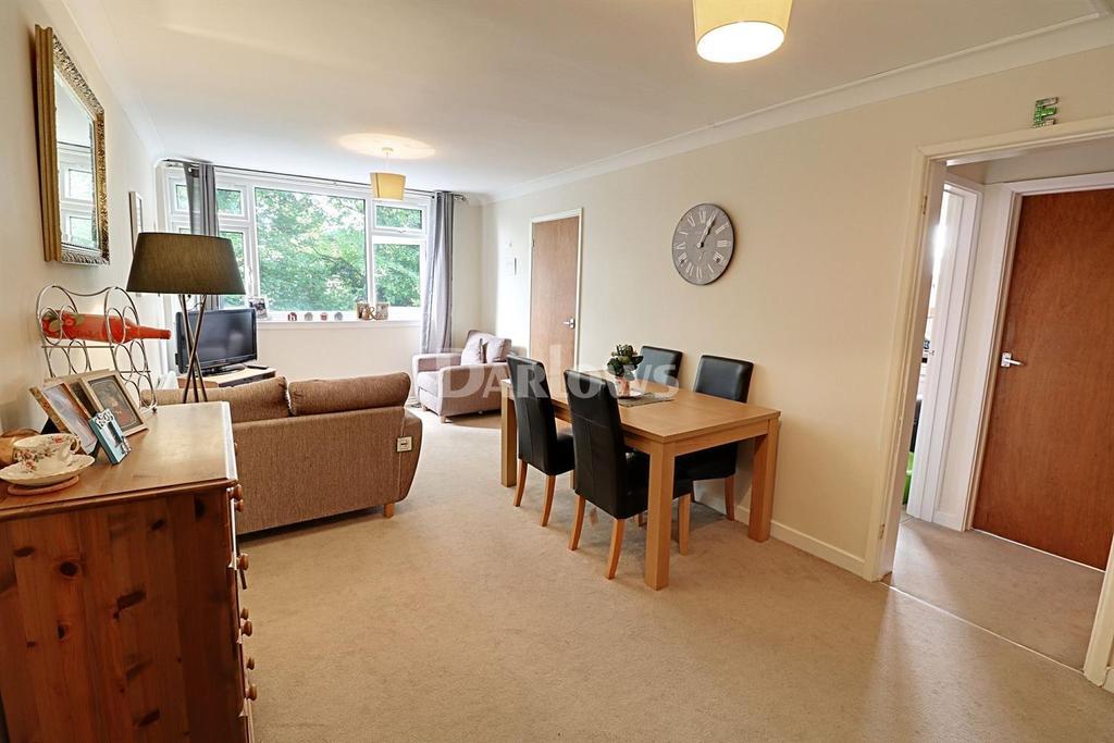 2 Bedrooms Flat for sale in Llanishen Court, Llanishen, Cardiff, CF14