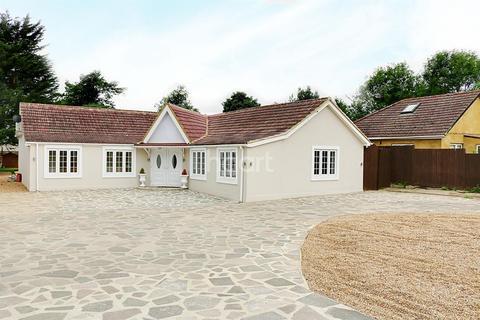 5 bedroom bungalow for sale - Harlington Road, Hillingdon