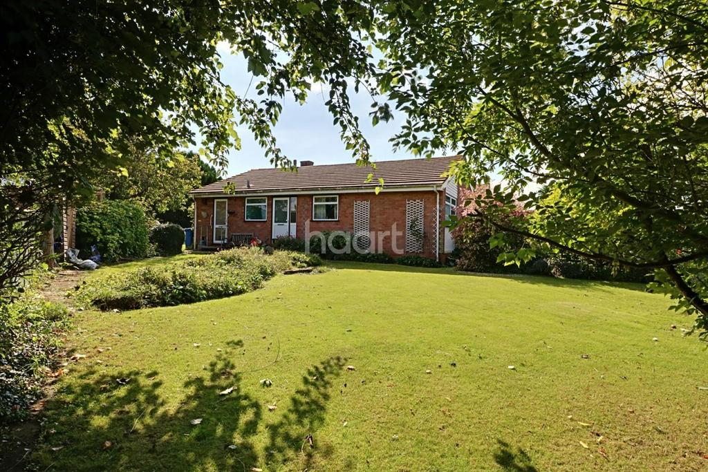 3 Bedrooms Bungalow for sale in Woodlands Park, Maidenhead.