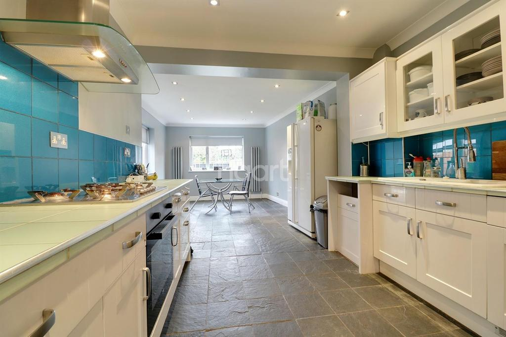 3 Bedrooms Semi Detached House for sale in Snakes Lane, Southend-on-sea