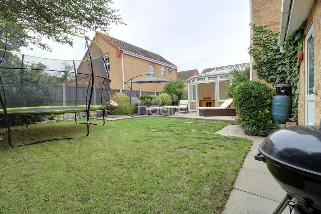 4 Bedrooms Detached House for sale in Laburnum Way, Rayleigh