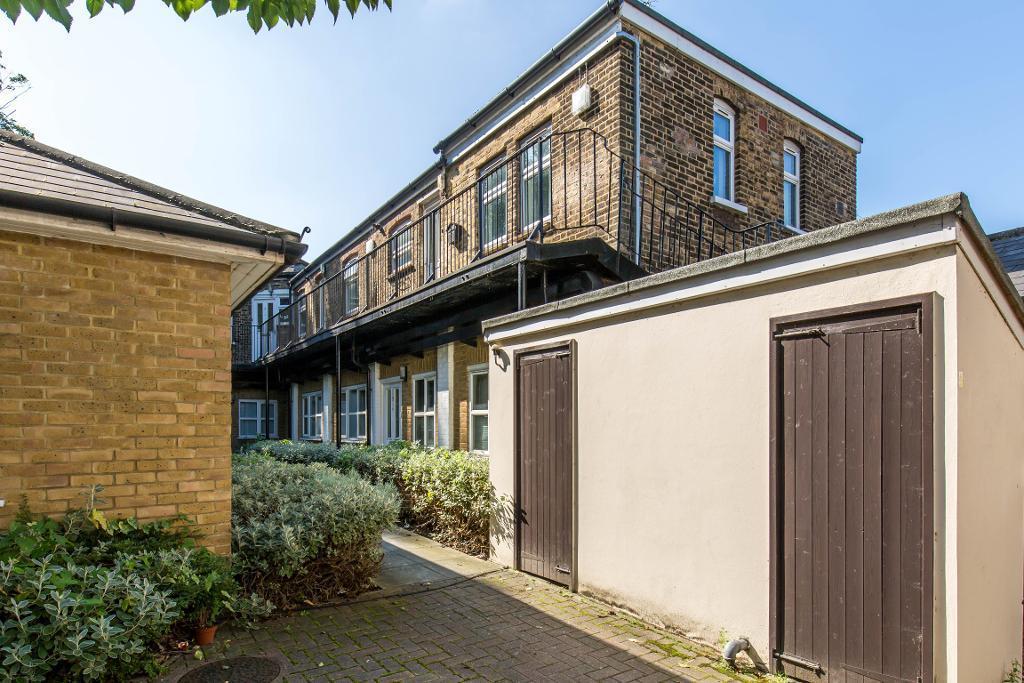 2 Bedrooms Flat for sale in Croham Road, South Croydon, Surrey, CR2 7BA