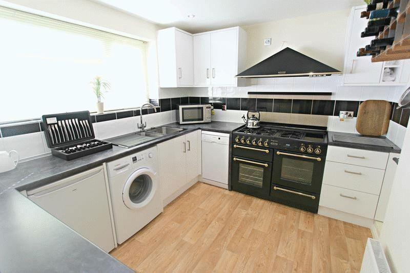 2 Bedrooms Flat for sale in Hickmans Close, Godstone
