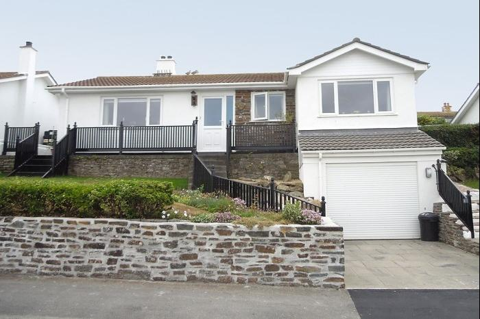 3 Bedrooms Bungalow for sale in 49 St. Peters Way, PORTHLEVEN, TR13