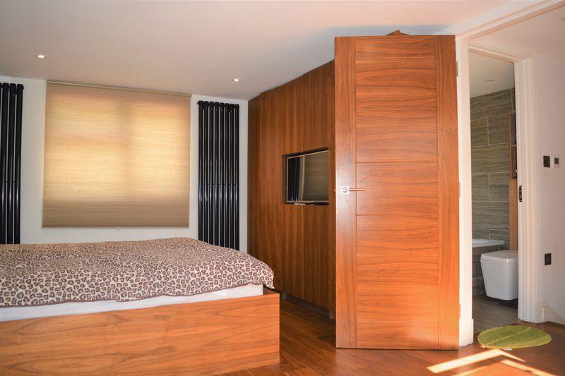 4 Bedrooms Semi Detached House for sale in Stuart Avenue, London