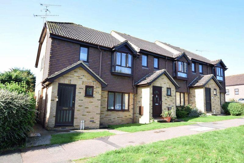 2 Bedrooms Apartment Flat for sale in Penhurst Close, Grove Green