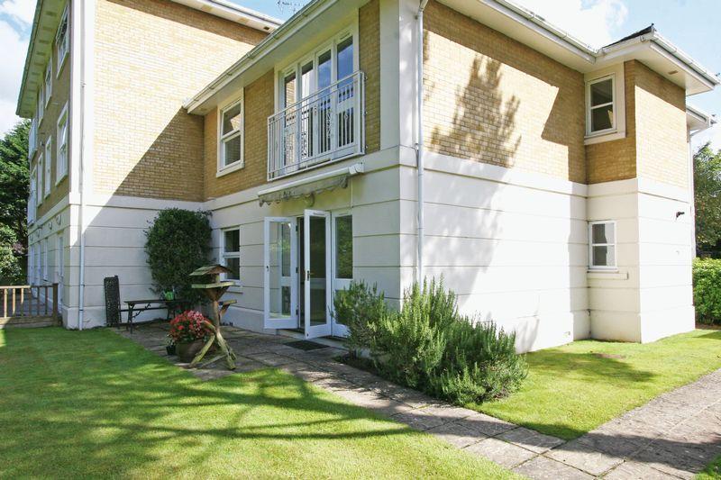 3 Bedrooms Apartment Flat for sale in Green Lane, Farnham Common
