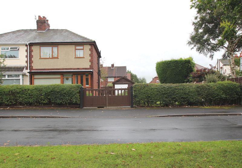 3 Bedrooms Semi Detached House for sale in Woodlands Avenue, Woodley