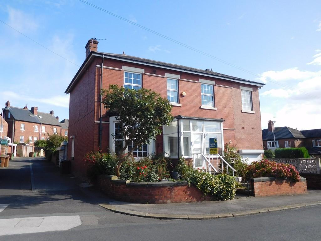 4 Bedrooms Detached House for sale in Cyprus Street, Wakefield