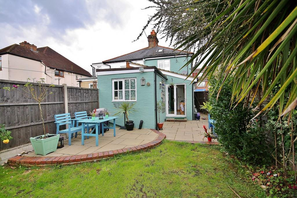2 Bedrooms Semi Detached House for sale in Knaphill, Woking