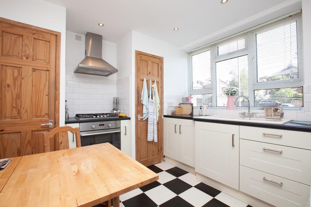 3 Bedrooms Apartment Flat for sale in Queen Elizabeths Close, London