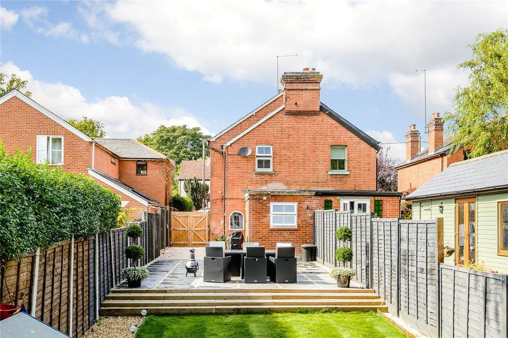 3 Bedrooms Semi Detached House for sale in Chertsey Road, Windlesham, Surrey