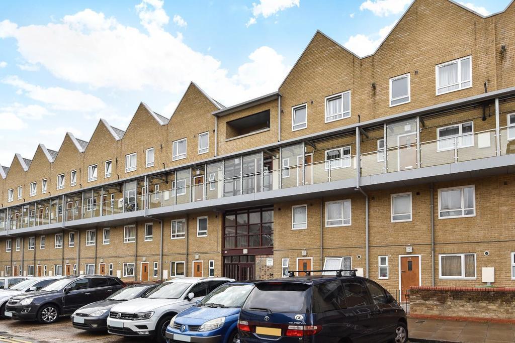 3 Bedrooms Flat for sale in Carisbrooke Gardens, Peckham