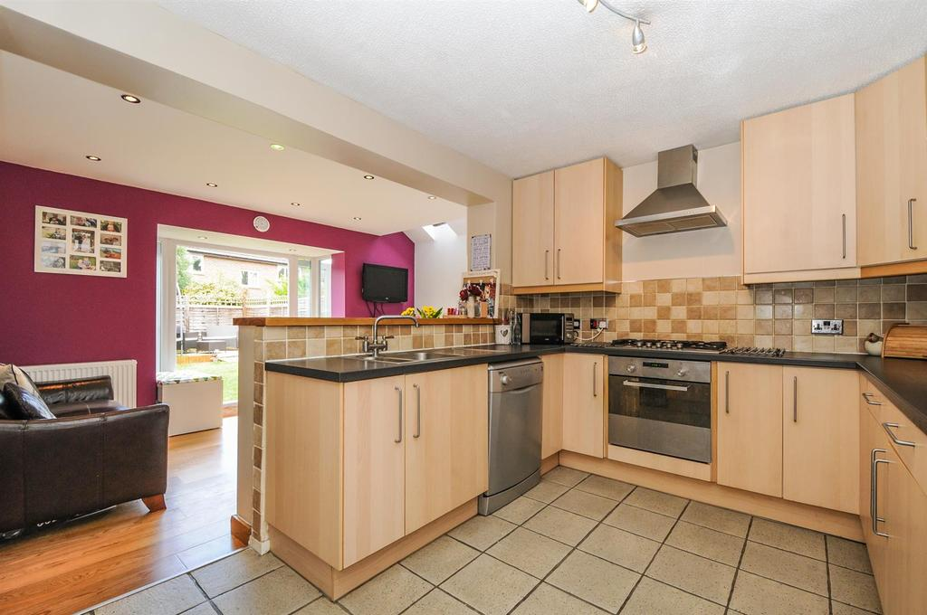 3 Bedrooms Semi Detached House for sale in Barnetts Field, Westergate