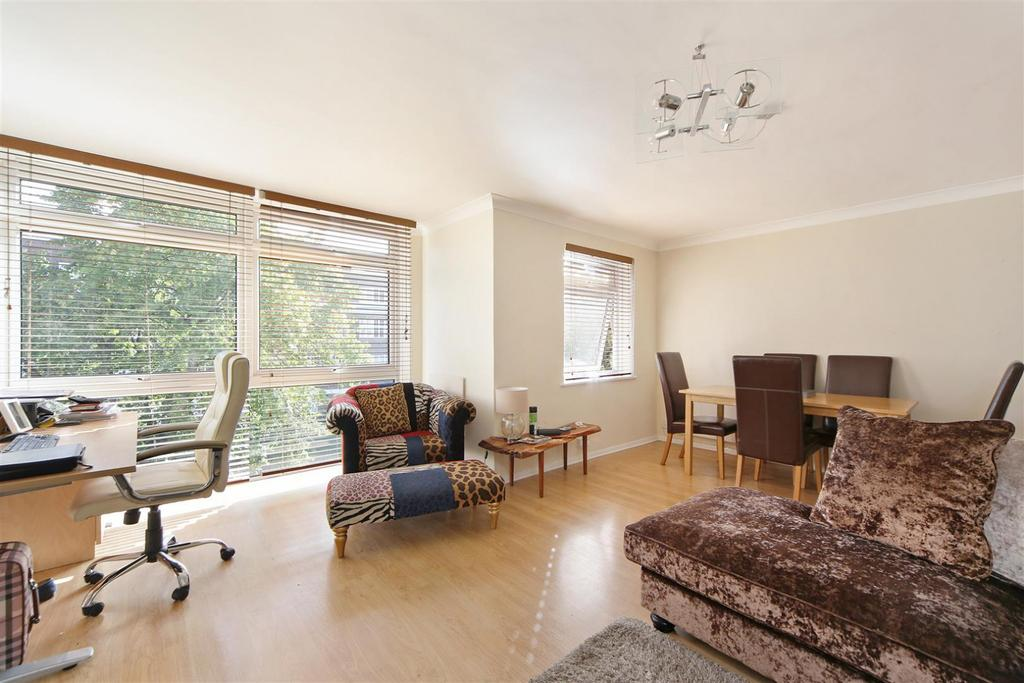 2 Bedrooms Flat for rent in Upton Court, The Downs, Wimbledon, SW20