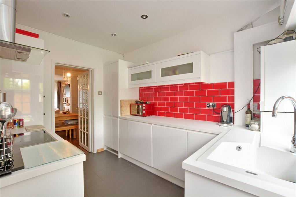 3 Bedrooms Terraced House for sale in Court Farm Road, London, SE9