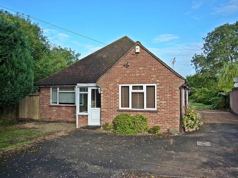 3 Bedrooms Bungalow for sale in BOURNE END