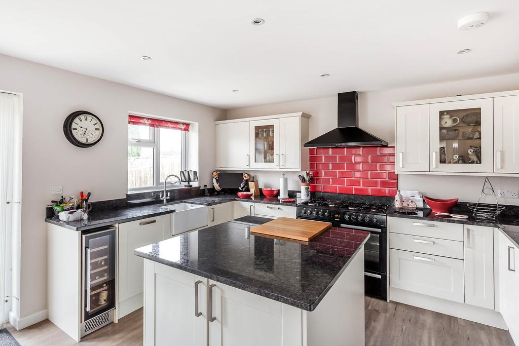 2 Bedrooms Detached Bungalow for sale in Headley